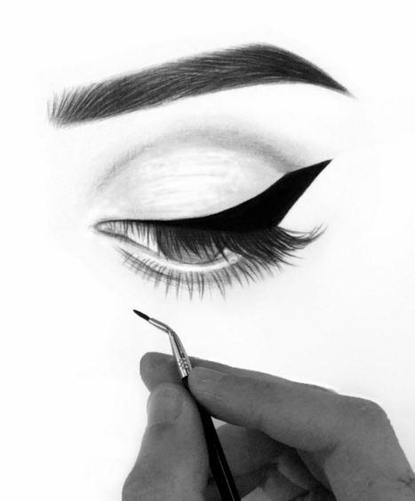 Umelec tvorí dokonalé očné linky na kresbách žien